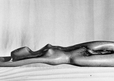 אישה שוכבת, 1950, עץ זית