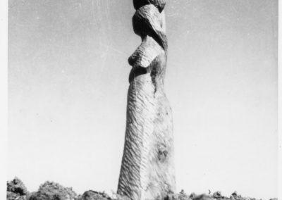 אשה עם כד, 1947, עץ זית