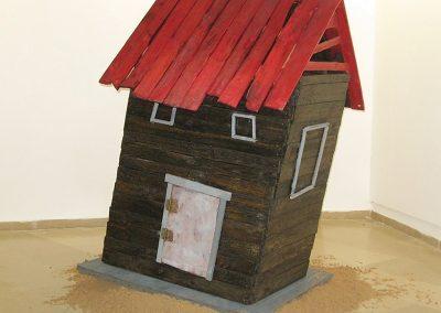 בית בנוי על חול, 2010, מיצב עץ פלסטיק וחול