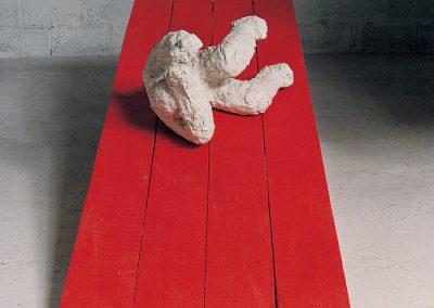 דמות נופלת, 1992, ברונזה ועץ