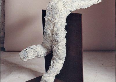דמות נשענת, 1993, ברונזה וברזל
