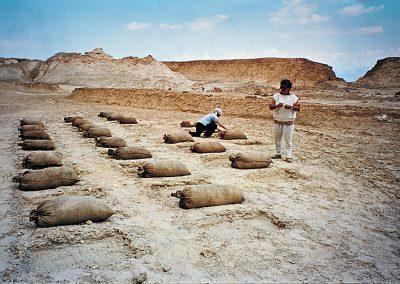חוה מחותן בעבודתה בהר סדום, 1984, בורות באדמה ושקי יוטה מלאי עפר