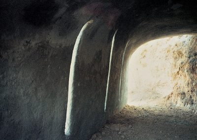 מעבר, 1987, מיצב צינורות ברזל רשת בטון וטיח, תל חי, מבט מבפנים