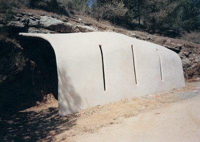 מעבר, 1987, מיצב צינורות ברזל רשת בטון וטיח, תל חי, מבט מבחוץ