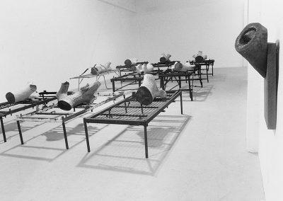 מצב, 1987, 8 מיטות אלונקה ועץ
